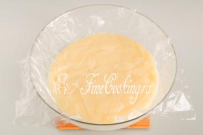 Прикрываем крем отрезом пищевой пленки или новым пакетом впритык - это нужно, чтобы в процессе остывания на поверхности не образовалась корочка