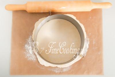 Диаметр заготовки зависит исключительно от вашего желания, но учитывайте, что в процессе выпечки слоеная лепешка сжимается на пару сантиметров