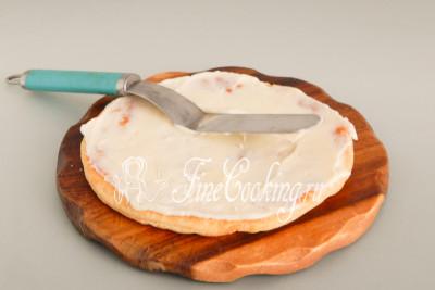 Равномерно распределяем крем по всему коржу с помощью лопатки, спатулы или длинного ножа с широким лезвием