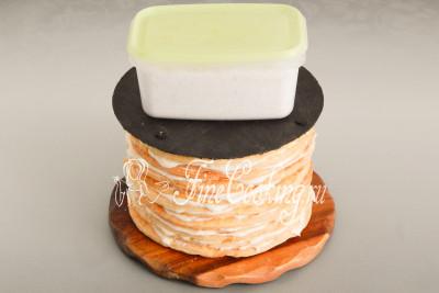 Чтобы коржи просели, а там торт уплотнился, нужно обязательно уложить поверх груз
