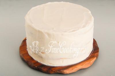 Останется покрыть верх и бока торта кремом, который мы откладывали