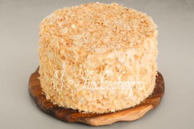 Верх и бока торта покрываем слоистой крошкой, приготовленной из румяного коржа