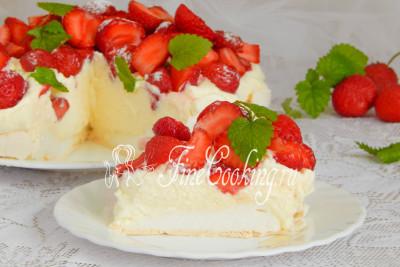 Подается торт Павлова сразу же после приготовления