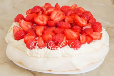 Остается самая приятная часть приготовления - украшаем торт приличным количеством свежей клубники (кладите, сколько душа пожелает)!