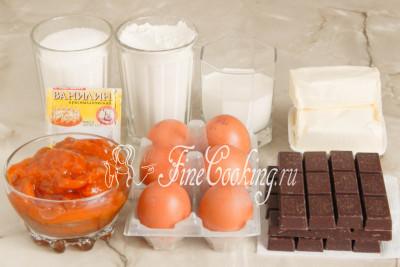 В рецепт торта Захер входят следующие ингредиенты: темный шоколад (я использовала 56%), куриные яйца (среднего размера), сахарный песок, пшеничная мука высшего сорта, сливочное масло, абрикосовый джем (у меня домашнего приготовления), сливки (отлично подойдут 10% жирности, но вы при желании можете взять более жирные), а также ванилин для аромата