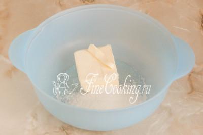 Тем временем в подходящей посуде соединяем 120 граммов мягкого (заранее достаньте из холодильника) сливочного масла, 90 граммов сахарного песка и щепотку ванилина ( 1 чайную ложку ванильного сахара или пару капель ванильного экстракта)