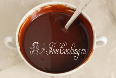 Буквально через пару минут получится полностью однородная, гладкая и блестящая [шоколадная глазурь](/recipe/shokoladnaja-glazur-iz-kakao-i-moloka)