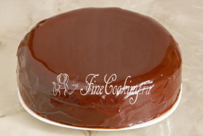 При желании можно, конечно, украсить готовый торт Захер - к примеру, сделать сверху надпись растопленным шоколадом или нарисовать узоры