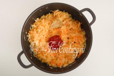 Когда капуста станет мягкой, добавляем 2 столовые ложки томатной пасты, лавровый лист и 3 горошины душистого перца