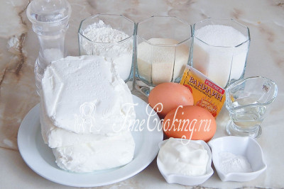 Итак, продукты для приготовления творожной запеканки с манкой в мультиварке: творог, сметана, разрыхлитель, сахар, мука пшеничная, крупа манная, яйца куриные, соль, ванилин, масло подсолнечное без запаха (для смазывания чаши)