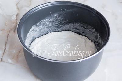 Чашу смазываем маслом, присыпаем манкой и выкладываем тесто