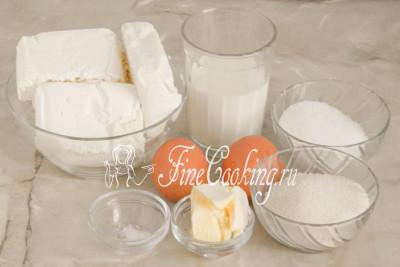 Для приготовления этой творожной запеканки нам понадобятся следующие ингредиенты: творог (я использовала 2% жирности), молоко любой жирности (у меня 2,8%), куриные яйца среднего размера (45-50 граммов каждое), сахарный песок, манная крупа, сливочное масло и немного соли для баланса вкуса