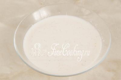 В холодном молоке замачиваем манную крупу минут на 10-15, то есть как раз на то время, которое понадобится для подготовки творога