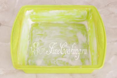 Форму для запекания (у меня силиконовая квадратная 20х20 см) щедро смазываем мягким сливочным маслом