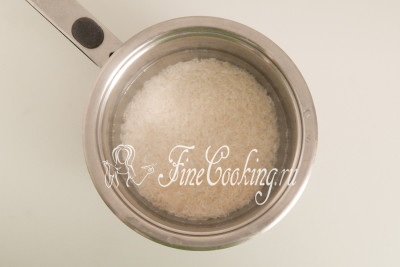 Один стакан риса хорошо промываем в холодной воде, пока та не станет полностью прозрачной (5-7 раз)