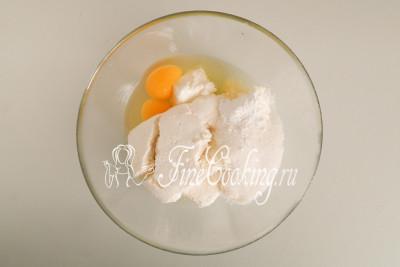Тем временем в объемную миску кладем 400 граммов творога, добавляем 80 граммов сахара, чайную ложку ванильного сахара, щепотку соли и три яйца