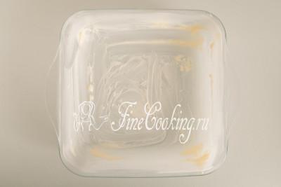 Форму для запекания (у меня квадратная 20х20 см) смазываем мягким сливочным маслом (30 граммов)