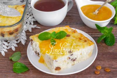 Подаем ароматную и очень вкусную творожную запеканку с любимым вареньем (мы ели с апельсиновым джемом [по этому рецепту](/recipe/apelsinovyy-dzhem-s-limonom-i-imbirem)), медом, сметаной