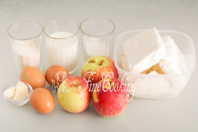 Для приготовления домашней творожной запеканки нам понадобятся следующие ингредиенты: творог, сахарный песок, куриные яйца, манная крупа, молоко, яблоки и сливочное масло (для смазывания формы)