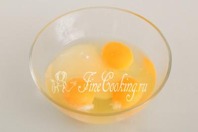 В отдельной посуде соединяем 3 крупных куриные яйца (можно заменить 4 или 5 мелкими) с 80 граммами сахара