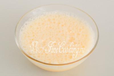 Взбиваем яйца с сахаром с помощью миксера или венчика, пока кристаллики сахара не растворятся