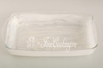 Форму для выпечки смазываем мягким сливочным маслом (30 граммов) - дно и стенки