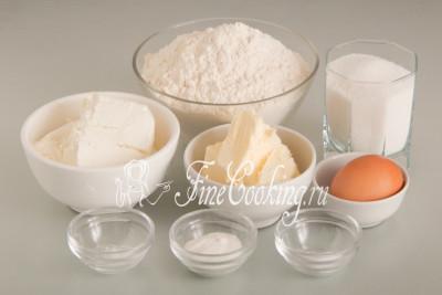 Для приготовления этого простого домашнего печенья нам понадобятся следующие ингредиенты: пшеничная мука высшего сорта, творог, сливочное масло, сахарный песок, куриное яйцо, разрыхлитель теста, соль и ванилин