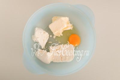 В подходящую для замеса теста посуду кладем 200 граммов творога, 100 граммов мягкого (заранее достаньте его из холодильника) сливочного масла и 1 куриное яйцо среднего размера (я использую категории С-1, весом 50 граммов)