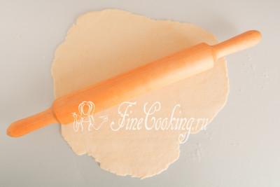 Когда тесто отлежится и в нем разовьется клейковина, оно станет очень податливым и приятным в работе