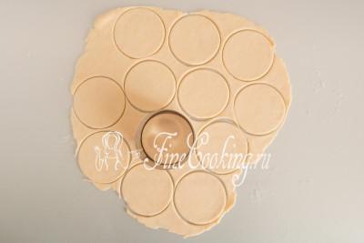 С помощью кольца, специальной круглой вырубки, стакана или бокала вырезаем из теста кружочки
