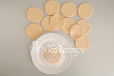В блюдце насыпаем 80 граммов сахарного песка (может понадобиться чуть больше или меньше) и обмакиваем заготовки из теста с двух сторон, чтобы сладкие кристаллики прилили