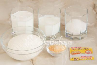 В рецепт нежного творожного суфле входят следующие ингредиенты: творог, сметана, молоко, сахар, желатин и ванилин (по желанию)