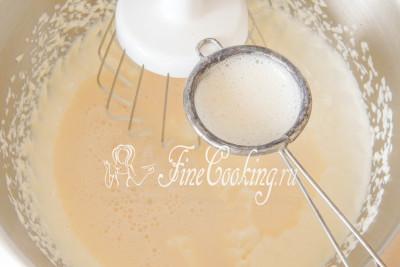 Затем тонкой струйкой вводим в творожную массу распущенный в молоке желатин, который уже успел остыть до теплого состояния