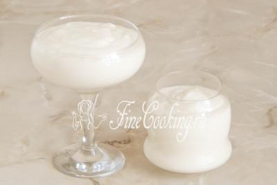 Подготовленную массу раскладываем в порционные бокалы (стаканы, пиалы, вазочки) или прослаиваем ею торт