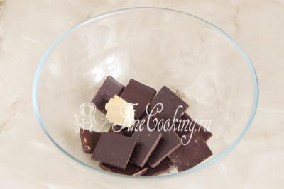 Вначале нужно растопить шоколад - это можно сделать как на водяной бане, так и в микроволновой печи