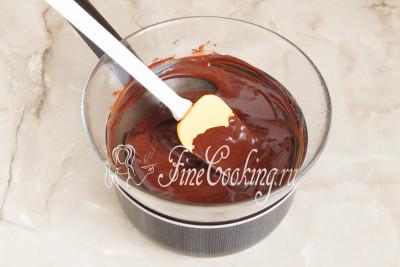 Топим шоколад, помешивая, пока он не превратится в полностью однородную массу