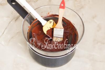Держим растопленный шоколад на водяной бане, сняв его с плиты