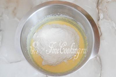 Шаг 9. Затем просеиваем в миску пшеничную муку и добавляем соль