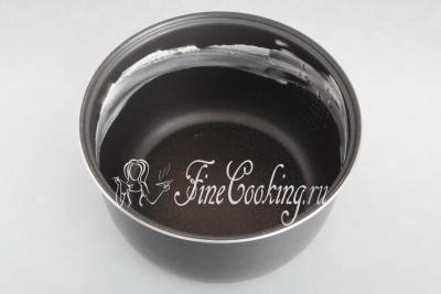 Чтобы молоко при кипении не убежало, чашу мультиварки смазываем сливочным маслом по бокам (не доходя 5-6 сантиметров до края)