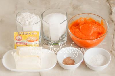 Шаг 1. В рецепт этой простой, быстрой и вкусной домашней выпечки входят следующие ингредиенты: пшеничная мука (у меня высшего сорта, но подойдет и первого), густое тыквенное пюре без добавок, сахарный песок, сливочное масло (жирностью не менее 72%), а также разрыхлитель теста