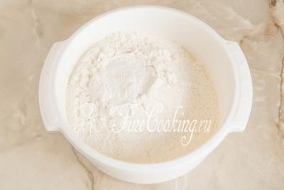 Шаг 2. 350 граммов пшеничной муки просеиваем в подходящую по объему миску, чтобы насытить ее кислородом и исключить попадание мусора в тесто для печенья