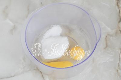 В удобную емкость для приготовления теста разбиваем яйца, добавляем сахарный песок