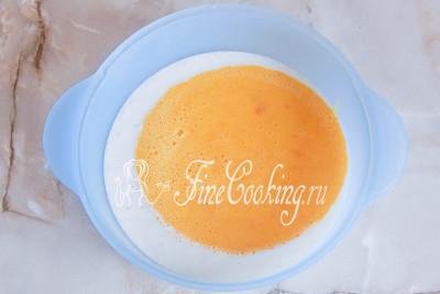 Добавляем к кефиру тыквенную массу, яйца, корицу и сок лимона