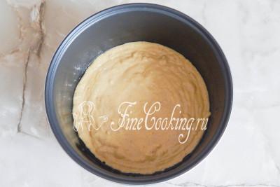 Дальше смазываем чашу мультиварки маслом и выкладываем в нее тесто для тыквенного пирога