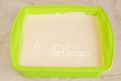 Переливаем тесто в подходящую по размеру форму для выпечки, которую заранее нужно смазать небольшим количеством сливочного масла (чайной ложки вполне достаточно)