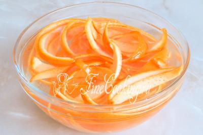 Очищенные от белой кожицы корки апельсинов нарезаем полосками и кладем в миску