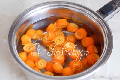 Кладем наши апельсиновые бусы в кастрюльку, заливаем водой и варим на среднем огне 20 минут после закипания