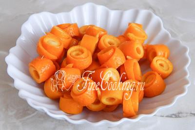 Затем вынимаем апельсиновые завитки на нитке и даем стечь воде