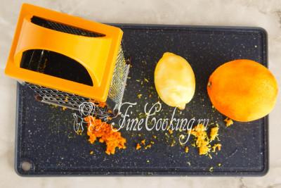 Тем временем тщательно моем, обдаем кипятком и вытираем насухо апельсин и лимон (возьмите крупные плоды или по парочке мелких)