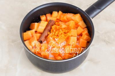 Добавляем в кастрюльку измельченную цедру цитрусовых, добавляем палочку (или чайную ложку молотой) корицы